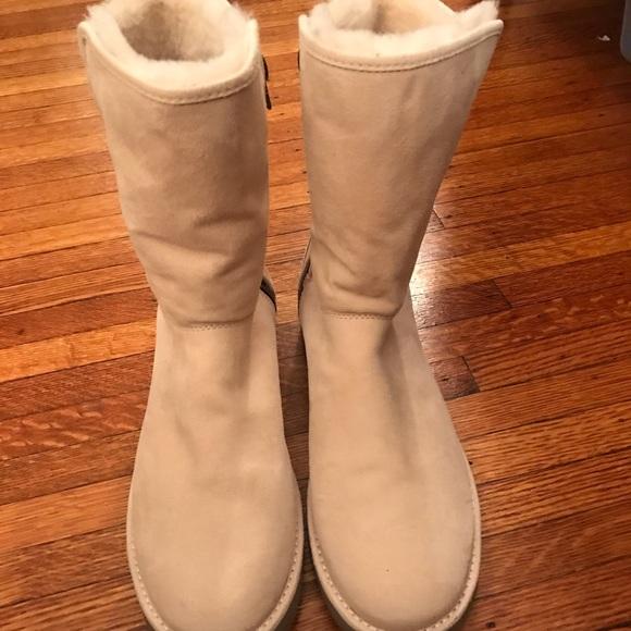 f1b40c6598b NWOT ugg boots women size 9!